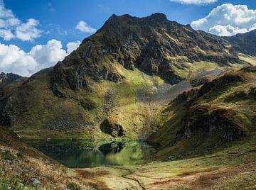 Uitzicht op berg en meertje Herzsee, Hochjoch van Karin vd Waal