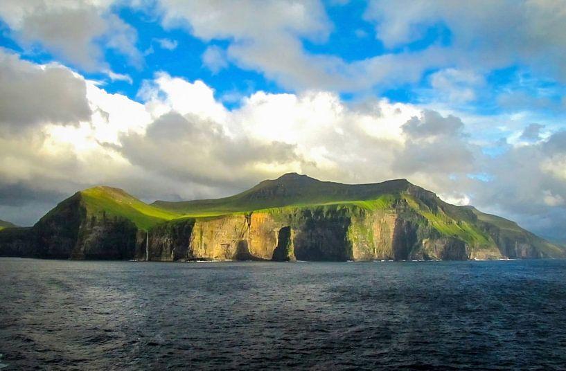 De indrukwekkende kustlijn van De Færøer Eilanden van Rietje Bulthuis