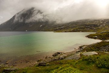 Märchenlandschaft in den Bergen mit einem See von Karijn Seldam