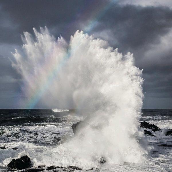 Storm met regenboog in Noord IJsland van Paul Roholl
