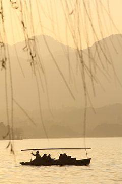 Sonnenuntergang Westlake, Hangzhou (China) von Sarah Lugthart