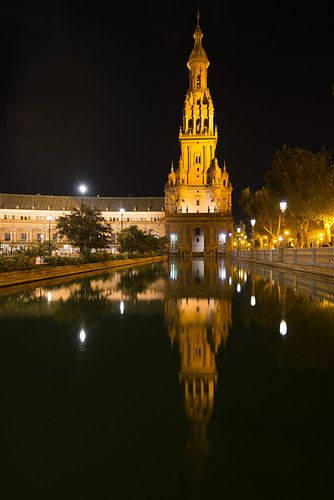 Toren op Spaans Plein in Sevilla bij nacht van