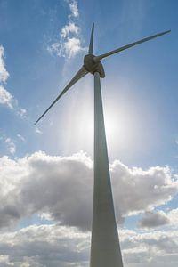 Moderne windmolen met tegenlicht van de zon