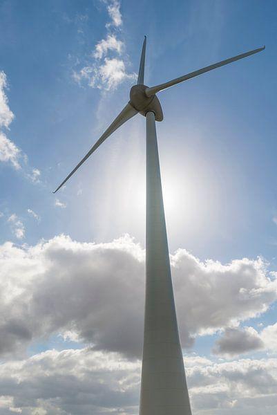 Moderne windmolen met tegenlicht van de zon van Tonko Oosterink