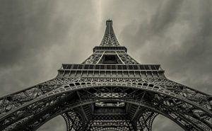 Omhoog kijkend onder de Eiffeltoren  van