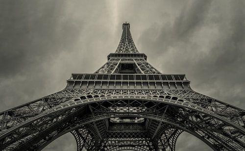 Looking up the Eiffel Tower von