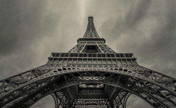 Omhoog kijkend onder de Eiffeltoren
