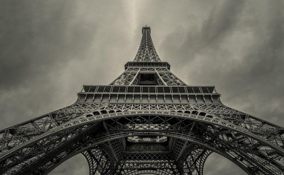 Omhoog kijkend onder de Eiffeltoren  van Toon van den Einde