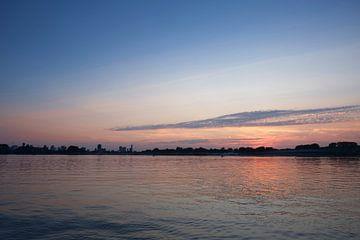 Kralingen-Pfütze während eines Sonnenuntergangs im Sommer in Rotterdam, Niederlande von Tjeerd Kruse