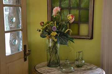 Stilleben mit Blumen und Glas von Henk van der Steege