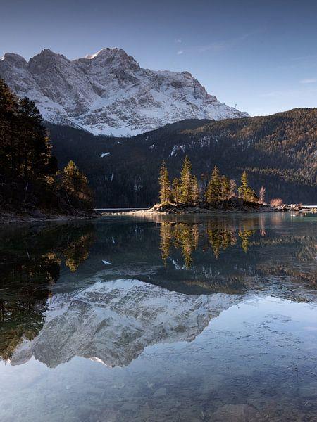 Morgenstimmung am Eibsee mit Spiegelung der Zugspitze von Andreas Müller