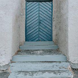 Blaue Tür am Kamari Beach, Santorini Griechenland von Manon Visser
