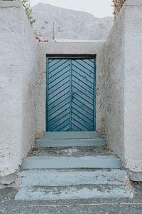Blaue Tür am Kamari Beach, Santorini Griechenland