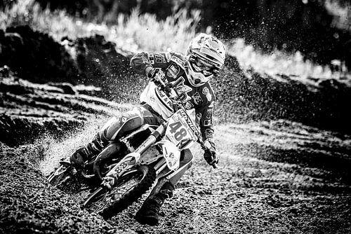 Jeugdige Motorcrosser op snelheid door de bocht