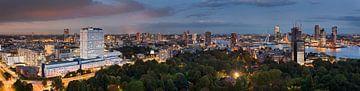 Panorama nachtelijk Rotterdam van