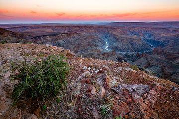 Zonsopkomst boven de Horseshoe Bend van de Fish River Canyon, Namibië von Martijn Smeets