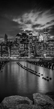 MANHATTAN SKYLINE Sonnenuntergang | Panorama Monochrom von Melanie Viola