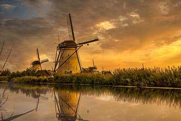 zonsondergang bij molens kinderdijk van Joey Van Hengel