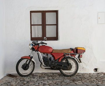 oude rode motor van