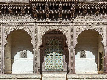 Entree aan de binnenplaats van Mehrangarh, Jodhpur van Jan de Vries