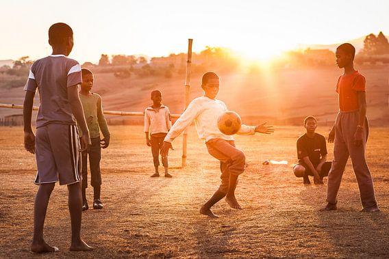 Groepje kinderen speelt voetbal in Swaziland van Bart van Eijden