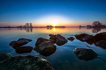 Sfeervolle zonsopkomst boven rivier van