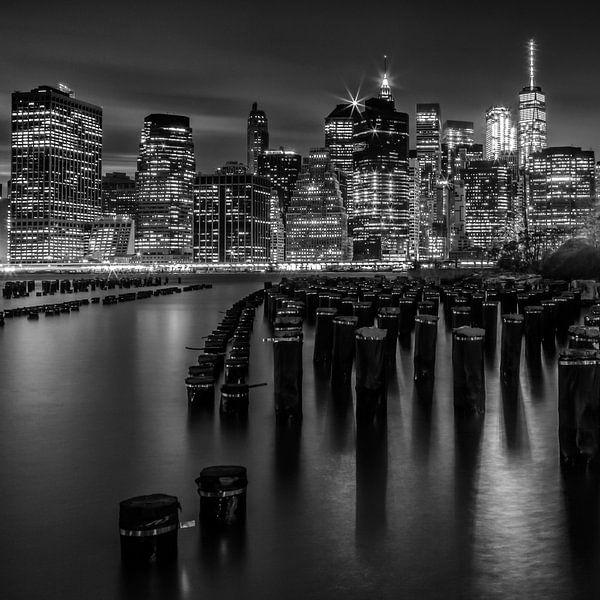 De horizon van Manhattan bij zonsondergang | monochroom van Melanie Viola