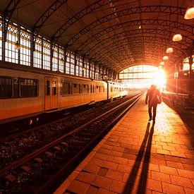 Silhouet Silhouet van een man op treinstation tijdens zonsondergang van Rob Kints