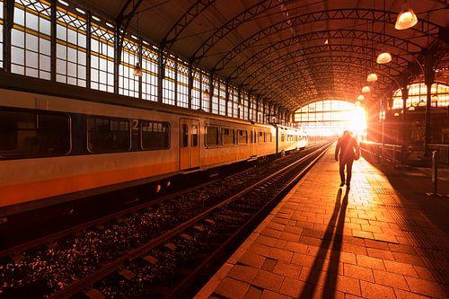 Silhouet Silhouet van een man op treinstation tijdens zonsondergang van