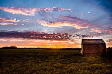 Zonsondergang bij een eenzaam huisje op een dijkje in west friesland van Lindy Schenk-Smit