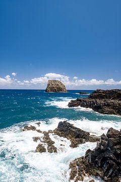 Golven slaan tegen de noordkust van het eiland Madeira bij Porto da Cruz van Sjoerd van der Wal