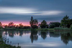 Coucher de soleil à Emmen avec reflet dans le grand lac de roseau