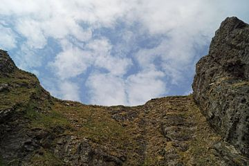 Wolkenhimmel über Felswand. von Babetts Bildergalerie