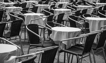 Chaises et tables vides dans un café ou un restaurant. sur Gerwin Schadl