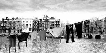 Woonboot met wasgoed, Amsterdam (zwart-wit)