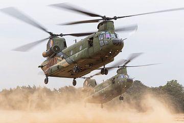 Twee Chinook transport helikopters creëren een enorme stofwolk van Jimmy van Drunen