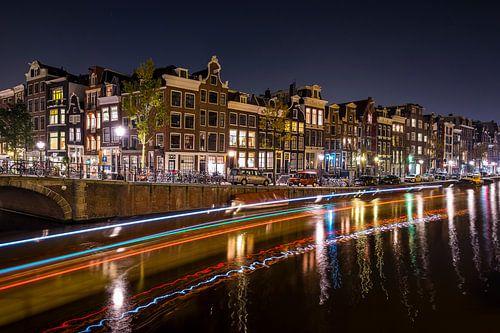 Prinsengracht met lichtstrepen van een passerende rondvaartboot