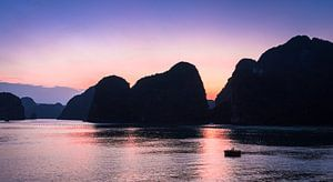 Zonsondergang in Ha long Bay, Vietnam van