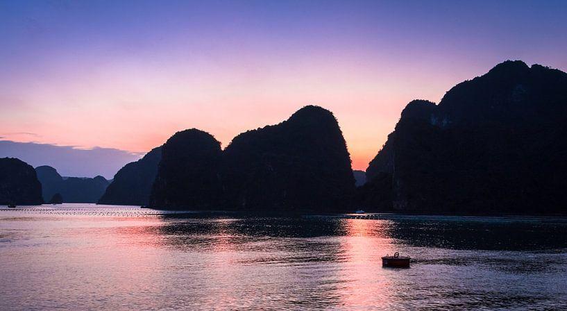 Zonsondergang in Ha long Bay, Vietnam van Rietje Bulthuis