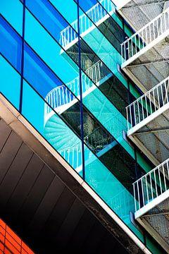 Abstracte reflectie in Glas van Corrie Heesbeen