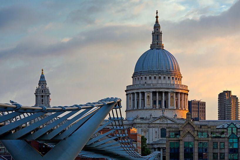 Zonsopkomst St. Paul's Cathedral te Londen van Anton de Zeeuw