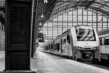 Der Zug fährt von Gleis 1 ab von Cees Stalenberg