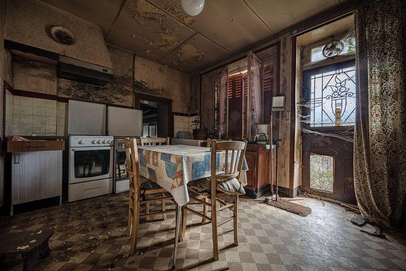 Alte Küche in baufälligem Haus von Inge van den Brande
