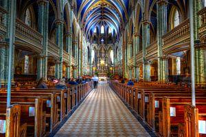 Kerk met mooi gekleurd interieur