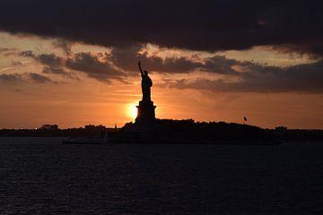 Vrijheidsbeeld bij zonsondergang van Ronald Jan Groen