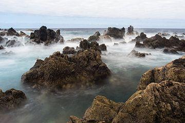 golven langs de rotsen. oceaan kant. van Robin van Maanen