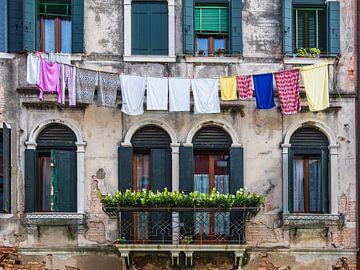 Blick auf ein altes Gebäude mit Wäscheleine in Venedig von Rico Ködder