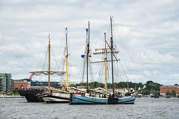 Windjammer on the river Warnow in Rostock (Germany) during the Hanse Sail van Rico Ködder