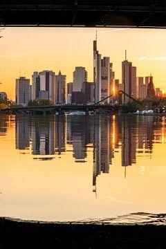 Frankfurt am Main skyline, weerspiegeling in de rivier van Fotos by Jan Wehnert