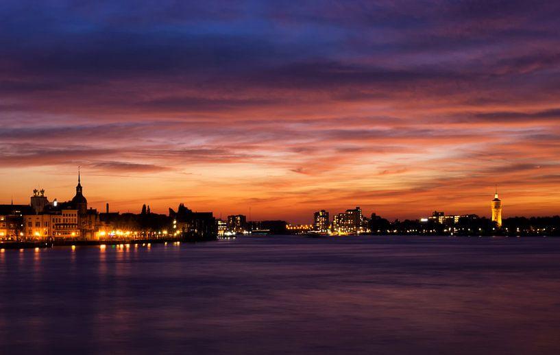 Zonsondergang boven Dordrecht en Zwijndrecht van John Stuij
